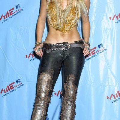 Shakira, imagini din 10 în 10 ani. Cum s-a transformat dintr-o fetita talentata in una dintre cele mai sexy femei