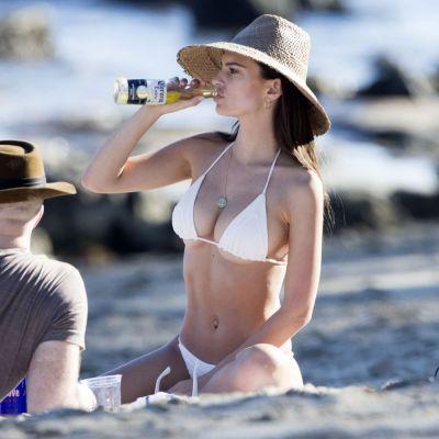 Emily Ratajkowski, vedeta cu cel mai mare bust natural, aparitie la plaja intr-un costum de baie neincapator