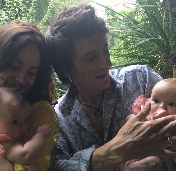 Schimba pampersi la 69 de ani, dar e mai fericit ca oricand.Cum arata gemenele chitaristului Rolling Stones, Ronnie Wood