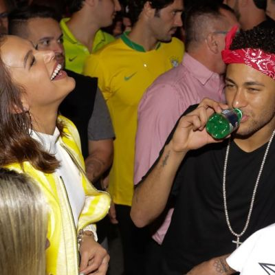 Neymar si iubita sa, tandri in public. Cum au fost fotografiati fotbalistul si bruneta care i-a sucit mintile