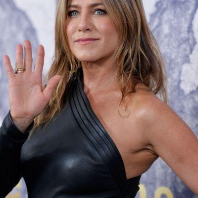 Jennifer Aniston intinereste pe zi ce trece. Actrita a aparut intr-o rochie extrem de sexy la bratul sotului sau