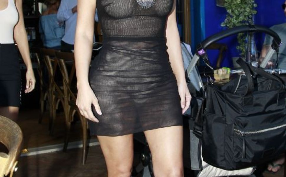 Sandale, body mulat, rochie ca de dress, transparenta si un detaliu care nu putea trece neobservat. Cum a aparut Kim