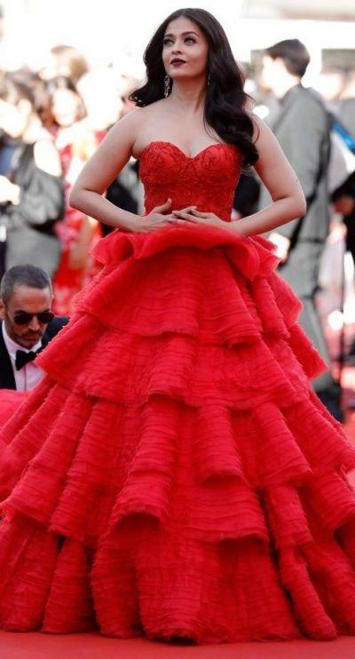 Fantastica in rosu, incredibila in albastru. Aishwarya Rai a facut ca Festivalul de la Cannes sa para doar al ei
