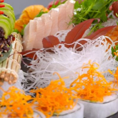 Mix platou de sushi si Vita Wagyu cu arici de mare si icre Beluga. Invata reteta de la Arena Bucatarilor