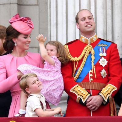 Kate Middleton ca o bomboana fondanta, iar Printul George si Printesa Charlotte neastamparati la aniversarea Reginei