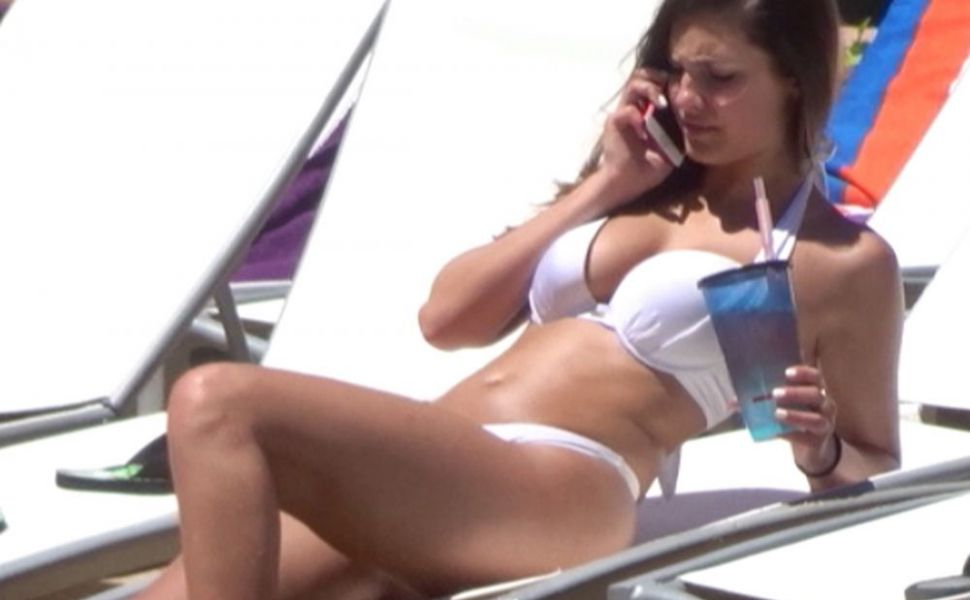 Frantuzoaica  Wonder Woman  isi arata trupul perfect la plaja. Cum arata in bikini modelul cu dimenisiuni impresionante