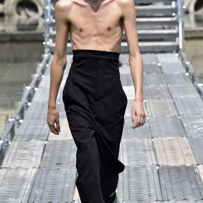 Barbatii extrem de slabi, cu aspect bolnavicios-noua obsesie a designerilor de moda. Cat de periculos este noul trend
