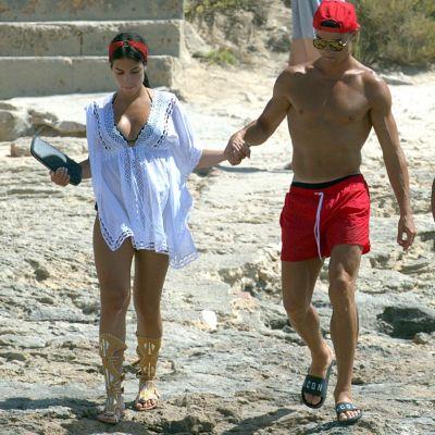 Iubita lui Cristiano Ronaldo, aparitie superba la plaja. Toata lumea s-a mirat ce a incaltat Georgina in loc de slapi :)
