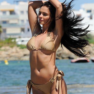 O noua Barbie bruneta face senzatie la plaja. Cum a fost surprinsa in imaginile facute de paparazzi