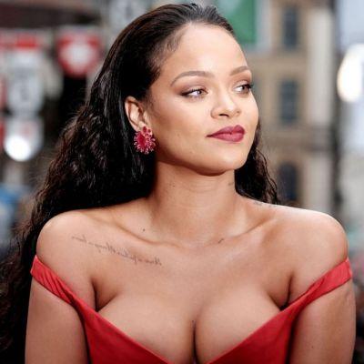 Rihanna a facut senzatie cu ultima sa aparitie. Cantareata a afisat un decolteu de la care nu iti poti lua ochii