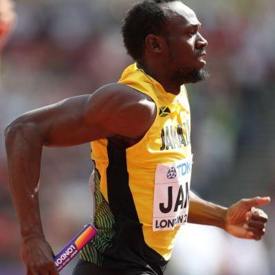 Usain Bolt si iubita lui jamaicana, in baie de sampanie. Cum au fost pozati cei doi