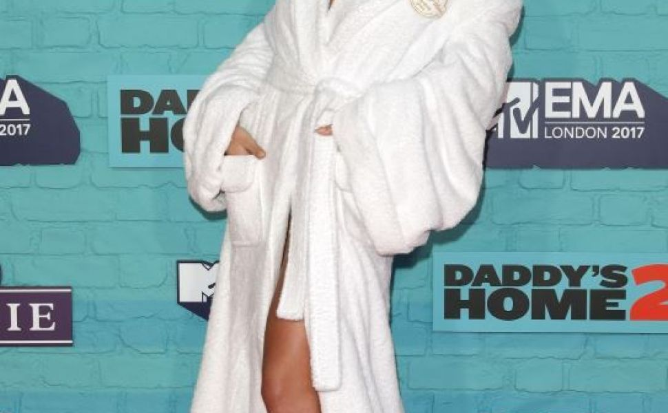 In halat si cu prosopul in cap, pe covorul rosu. Rita Ora a confundat Premiile MTV cu salonul de SPA