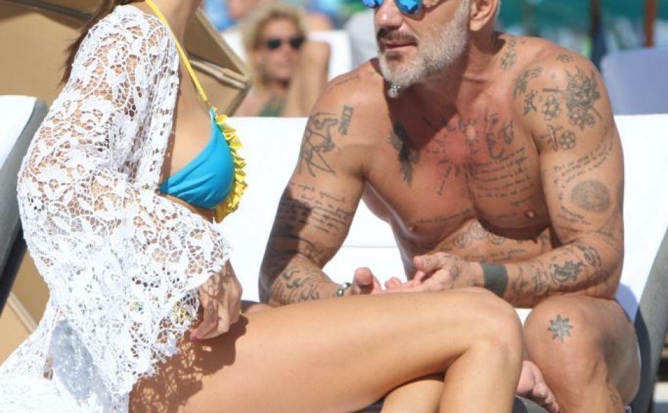 Gianluca Vacchi, in compania unei brazilience, la plaja. Ultima data cand a fost pozat asa, s-a despartit de iubita lui