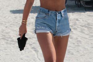 Fosta lui Bieber, aparitie provocatoare la plaja. Cum arata in bikini blonda voluptuoasa, care a intors toate privirile