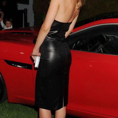 Cum a inteles aceasta blonda sexy sa se imbrace pentru o iesire la restaurant. Nimeni nu s-a mai putut concentra