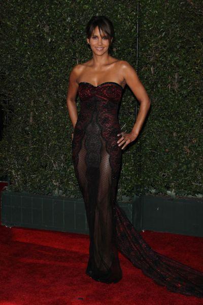 Halle Berry intr-o tinuta ucigator de sexy pe covorul rosu. Cum arata actrita in varsta de 51 de ani