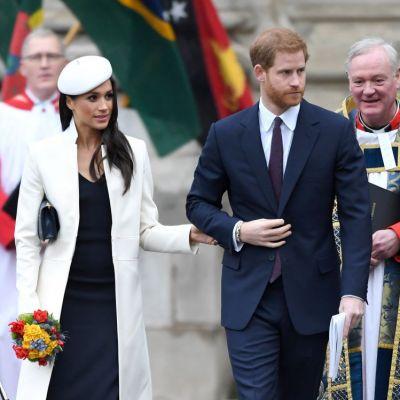 FOTO Prinţul Harry şi Meghan Markle au arătat invitaţiile de nuntă. Cu ce diferă de cele ale lui William și Kate