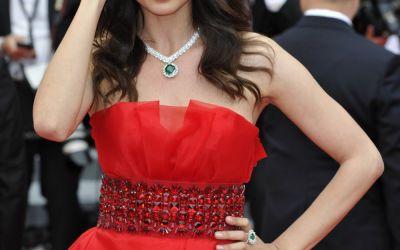 Catrinel Menghia a eclipsat-o pe Irina Shayk pe covorul roșu de la Cannes! Românca a purtat o rochie roșie spectaculoasă