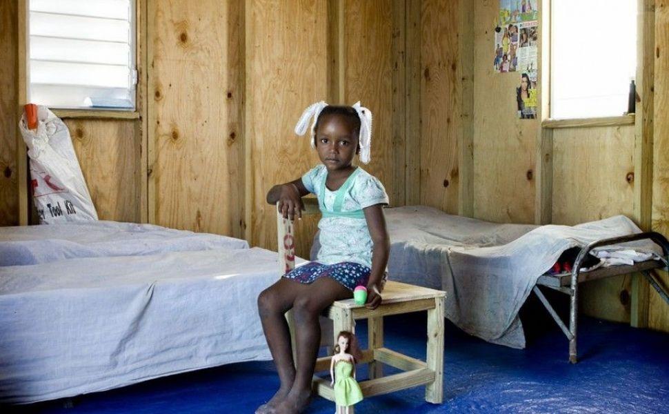 Copii săraci, copii bogați și jucariile pe care le au fiecare. O serie foto care te vor pune pe gânduri