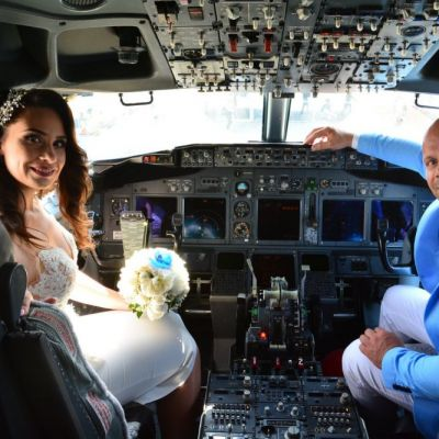 Cum arată o nuntă la bordul unui avion. Un pilot român s-a căsătorit deasupra norilor cu iubita sa