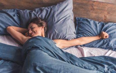 Ce beneficii ai dacă dormi dezbrăcat? Cele șase sfaturi ale bloggeriței care călătorește în toată Europa pentru a promova nudismul