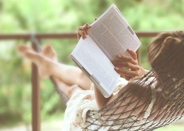 6 cărți controversate pe care ar trebui să le citești vara asta