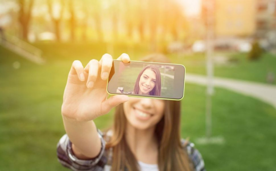Selfie-ul perfect poate fi obținut cu ajutorul operațiilor?  Pacienta vine la cabinet cu poza vedetei pentru a arăta identic cu ea