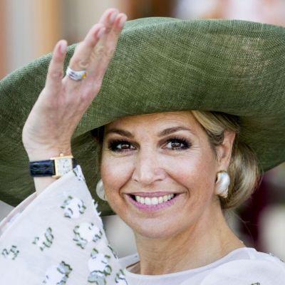 Maxima, Regina Olandei, s-a descălțat în timp ce vizita o școală. Motivul este impresionant