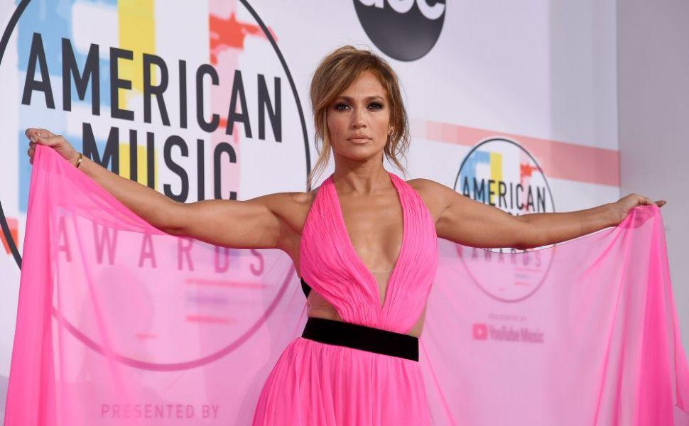 Bine şi prost îmbrăcaţi pe covorul roşu: cine a impresionat şi cine nu la American Music Awards?