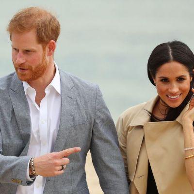 Meghan Markle și Prințul Harry, plimbare romantică pe plajă. Ce a purtat Ducesa cu această ocazie