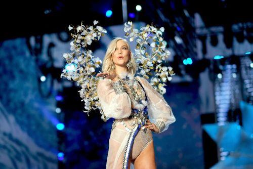 Supermodelul Karlie Kloss s-a căsătorit în secret. Rochia de mireasă este superbă