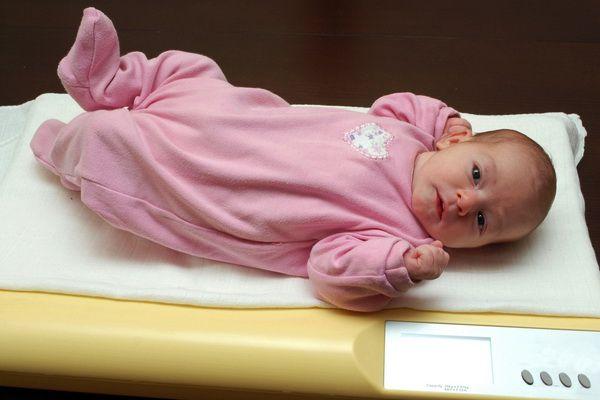 nou născutul nu a scăzut în greutate după naștere)