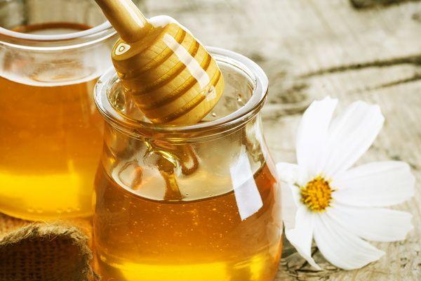 Cati carbohidrati are mierea de albine