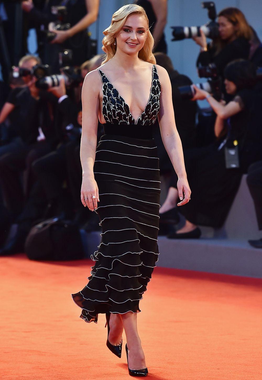Eleganta, sexy, sofisticata. Sansa Stark, de nerecunoscut ...