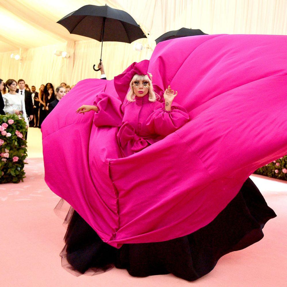 Lady Gaga a avut nu una ci patru ținute la MET GALA. Aceasta a ajuns într-o voluminoasă rochie roz Brandon Maxwell...