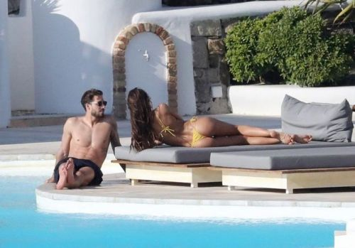 Cel mai fotogenic și mai sexy cuplu: trupurile lor par a fi sculptate. Cum au fost surprinși Izabel Goulart și iubitul în Mykonos