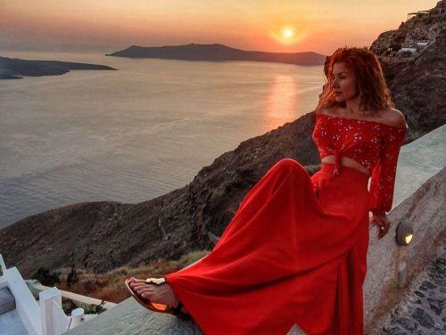 Carmen Brumă a schimbat 15 costume de baie în vacanța din Santorini