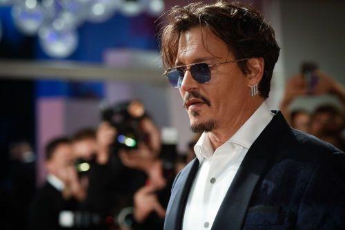 Prietenii lui Johnny Depp, alarmați: bdquo;Bea alcoolul ca pe apă