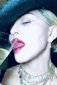 """Madonna, topless la aproape 62 de ani: """"Mi se rupe ! Fotografia care face inconjurul internetului i-a socat pe fani"""